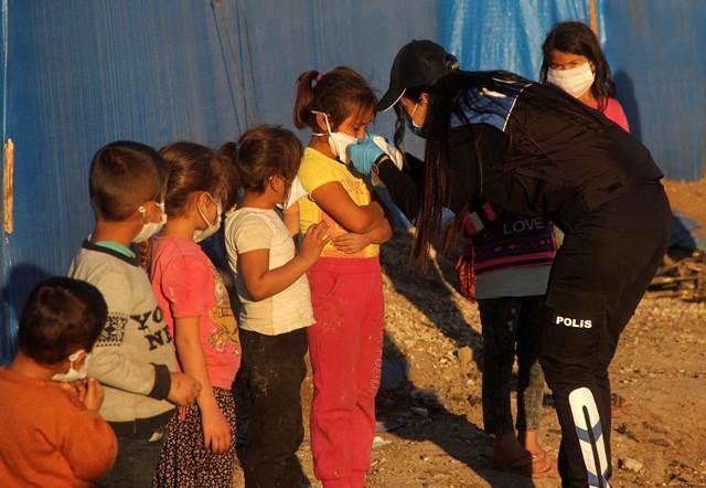 Polis çadırda yaşayan çocukları sevindirdi