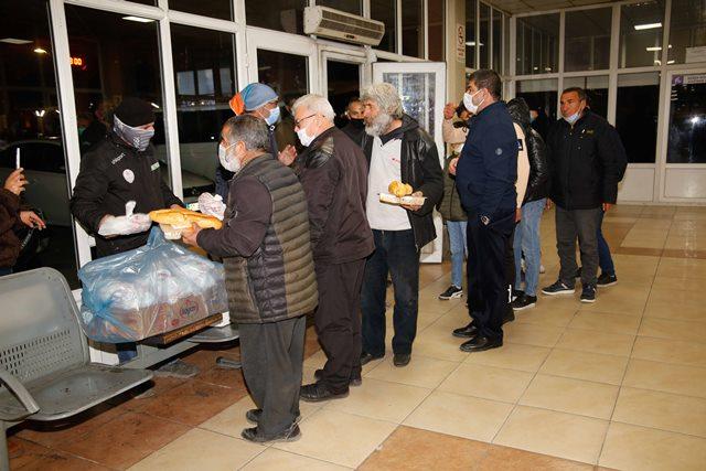 Otogarda kalan evsizlere yemek desteği