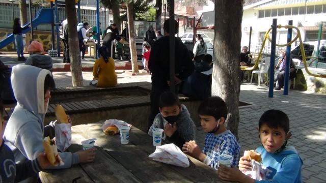 Yasaklar sonrası parka koşan çocukların sucuk ekmek keyfi