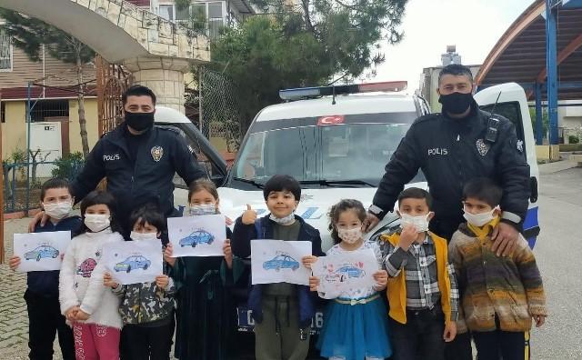 Çocuklar polis aracının önünü keserek sevgilerini gösterdi
