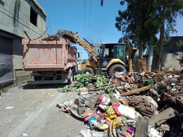 Adana'da bir evden 6 kamyon çöp çıkarıldı