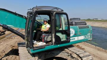 DSİ'nin ağır iş makineleri kadın formene emanet