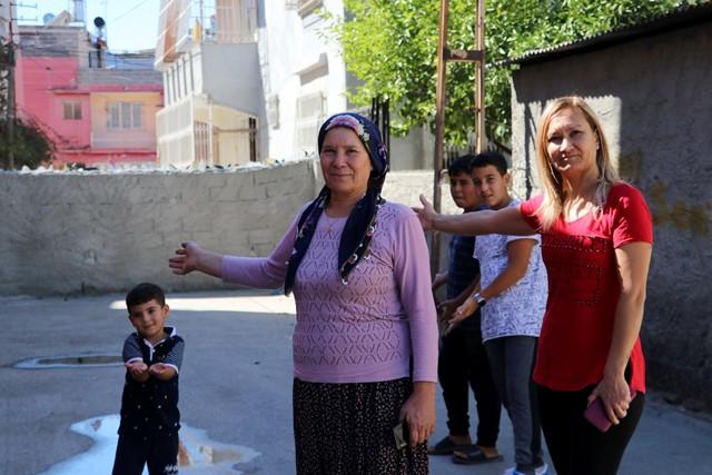 Tapulu arazim diyerek sokağı duvar örerek kapattı