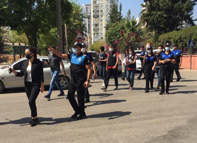 Polis önce öğrenciler için uyardı sonra voleybol oynadı