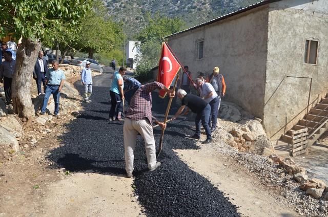 Başkan, okuduğu köyün yolunu asfaltladı