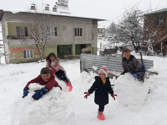 Çileye dönüşen kar çocukları sevindirdi