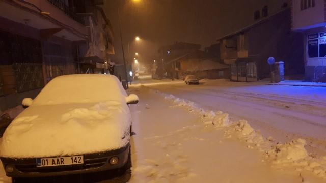 Beyaza bürünen Tufanbeyli'de belediye ekiplerinin yoğun kar mesaisi