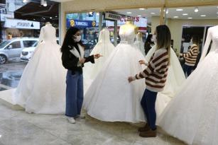 Gelinlikçilerde düğün mesaisi başladı