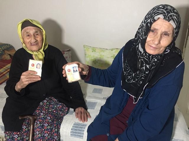 105 yaşındaki Münevver Nine 71 yaşındaki kızıyla aşı oldu