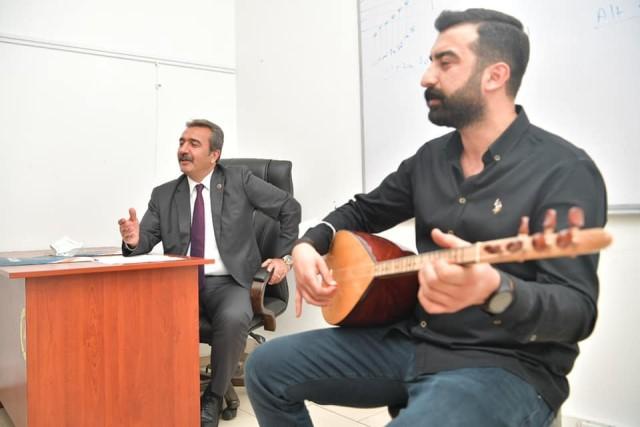 Başkan Çetin kursiyerlerle türkü söyledi
