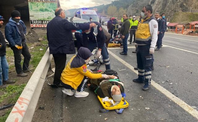 Adana'da tır otomobile çarptı: 5 yaralı