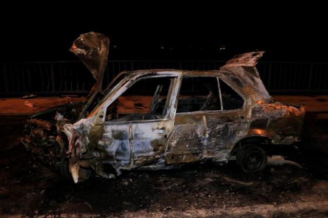 Köprü korkuluklarına çarpan otomobil alev alev yandı: 2 yaralı