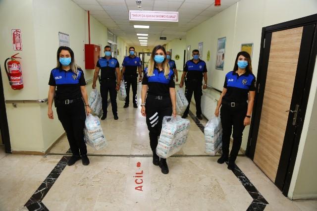Adana'da polis bebek bezi dağıttı