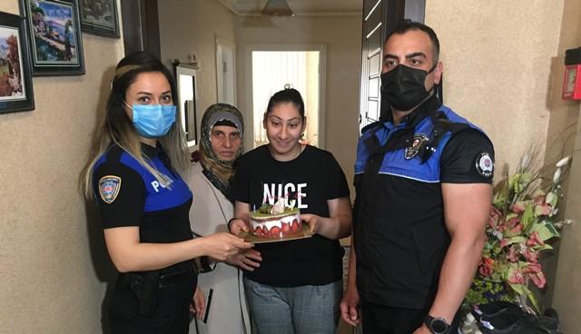 Polis, Senanur'un hem annesi hem babası olup doğum gününü kutladı