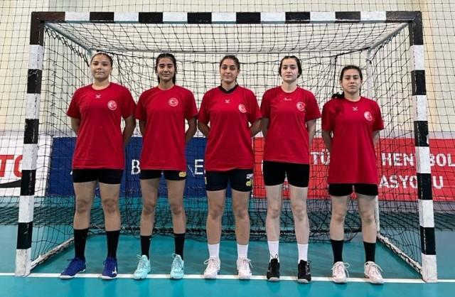 Toprak sahada başladıkları hentbolda 11 sporcu Yıldız Kız Milli Takım kampına çağrıldı