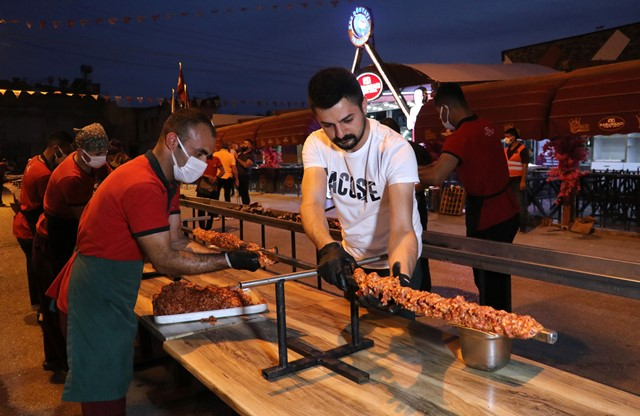Restoranların açılışını havai fişek ve 35 metrelik kebapla kutladı