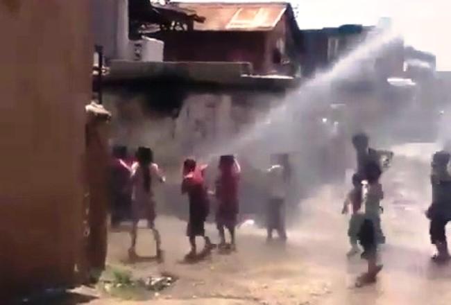 Çocuklar arazözün tazyikli suyuyla serinledi