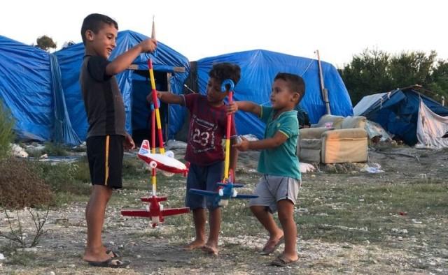 Çadırda yaşayan çocuklara hamburger ve oyuncak dağıtıldı