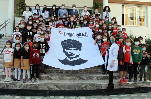 Erkanlı küçüklerin ellerinden Atatürk