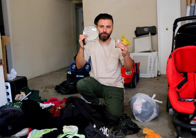 Yardım kolisinden kırık bardak, plaket ve yırtık giysi çıktı